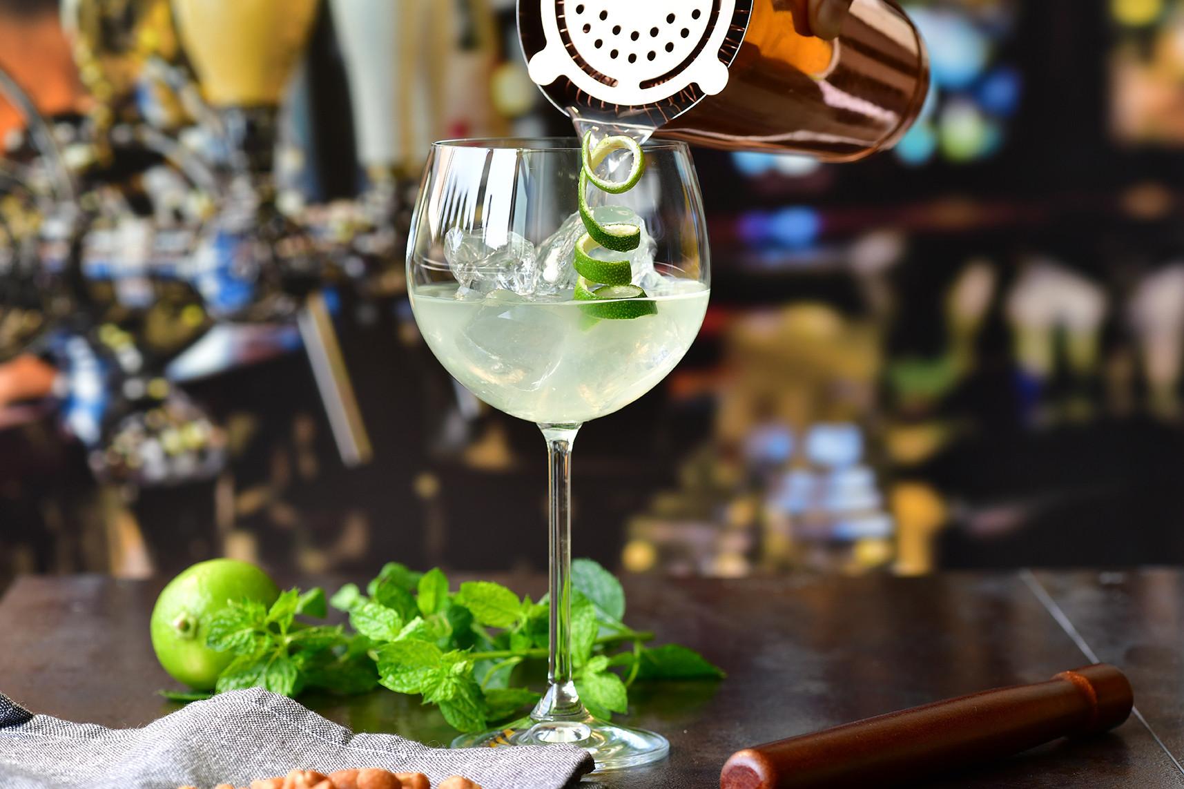 15 najpopularniejszych klasycznych drinków – przepisy i serwowanie